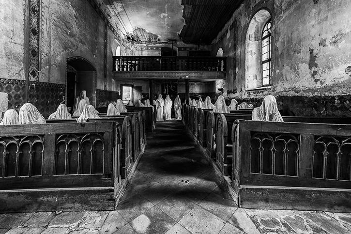 Les statues de fantômes dans l'église de Saint-Georges (République tchèque) de JAKUBA HADRAVY