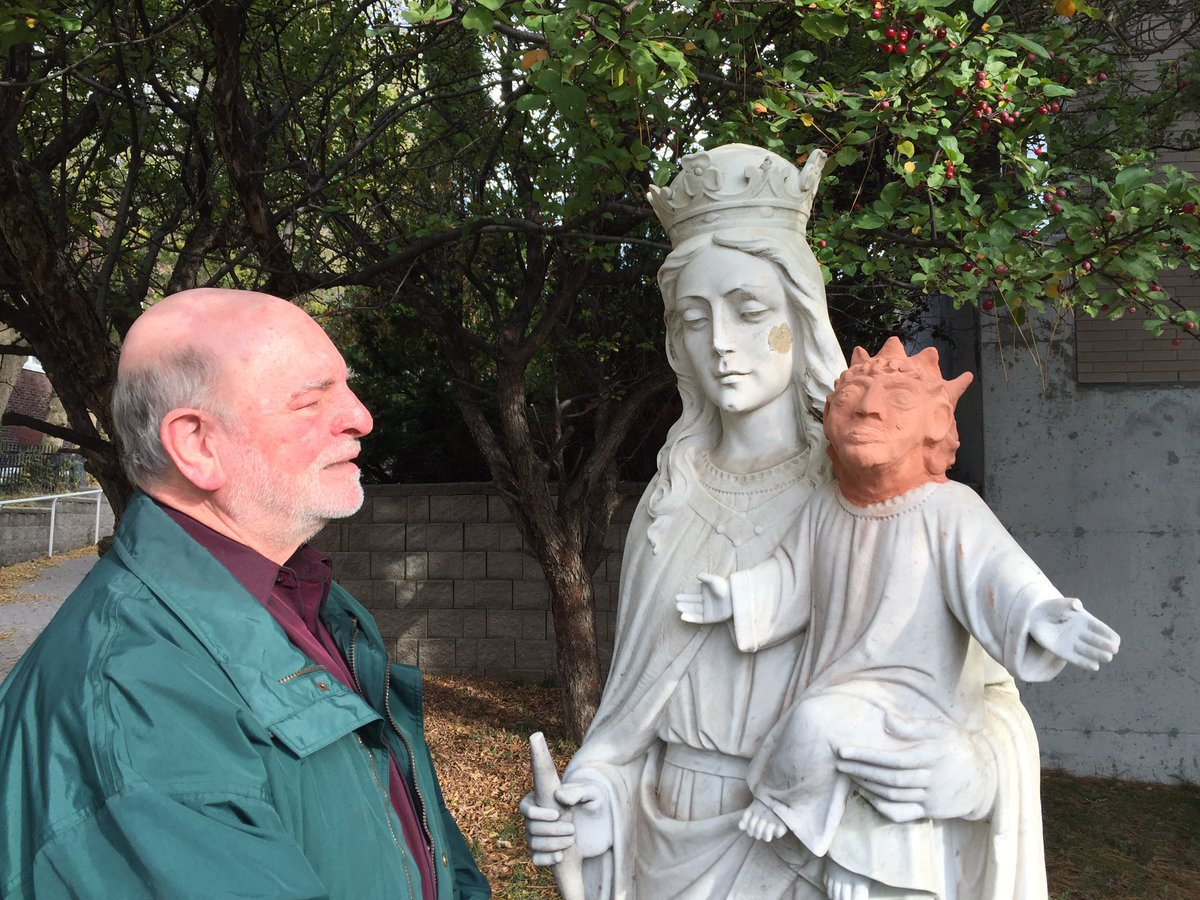 La statue de Marie et de l'Enfant-Jésus, dressée devant l'église Sainte-Anne des Pins, à Sudbury